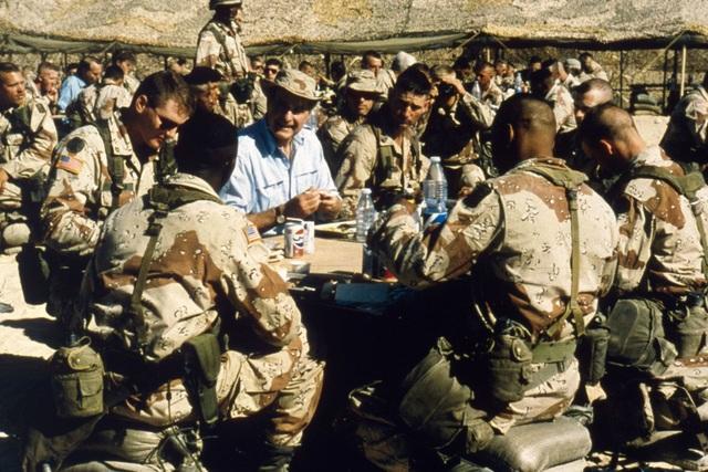 Ông Bush tới thăm các binh sĩ Mỹ tại Ả rập Xê út vào lễ Tạ ơn năm 1990. Vai trò của ông gắn liền với chiến dịch Bão táp Sa mạc vào năm 1991 khi Mỹ tham gia liên minh quốc tế đẩy lùi lực lượng quân sự Iraq chiếm Kuwait. (Ảnh: MPI)