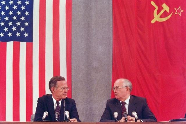 Cựu Tổng thống Mỹ Bush và nhà lãnh đạo Liên Xô Gorbachev tham dự cuộc họp báo ở Moscow vào tháng 7/1991 sau 2 ngày hội nghị thượng đỉnh với cam kết giải giáp vũ khí. (Ảnh: AFP)