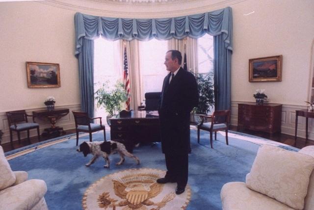 Ông Bush nhìn một lượt Phòng Bầu Dục lần cuối trước khi chuyển giao Nhà Trắng cho người kế nhiệm Bill Clinton. (Ảnh: White House)