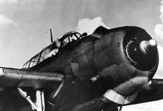 George H.W. Bush ngồi trên máy bay VT-51 Avenger do ông điều khiển vào năm 1945. Hai năm sau đó, ông trở thành phi công trẻ nhất của Hải quân Mỹ, tham gia 58 chiến dịch trong Chiến tranh Thế giới thứ hai. (Ảnh: MPI)