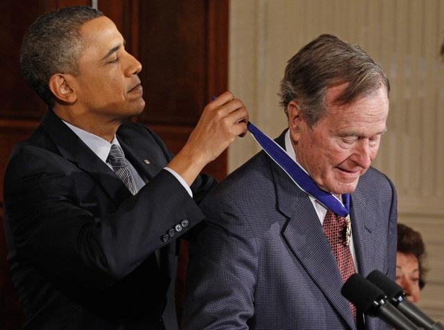 Cựu Tổng thống Barack Obama trao Huân chương Tự do cho ông Bush vào năm 2011. (Ảnh: Getty)