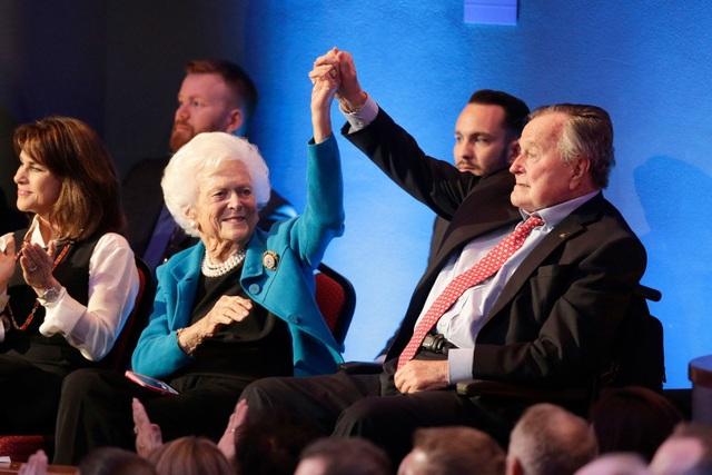 Cựu Tổng thống Bush nắm tay vợ tại phiên tranh luận tổng thống đảng Cộng hòa năm 2016. Con trai họ, cựu Thống đốc Florida Jeb Bush, là một trong số các ứng viên trong cuộc tranh luận này. (Ảnh: Getty)