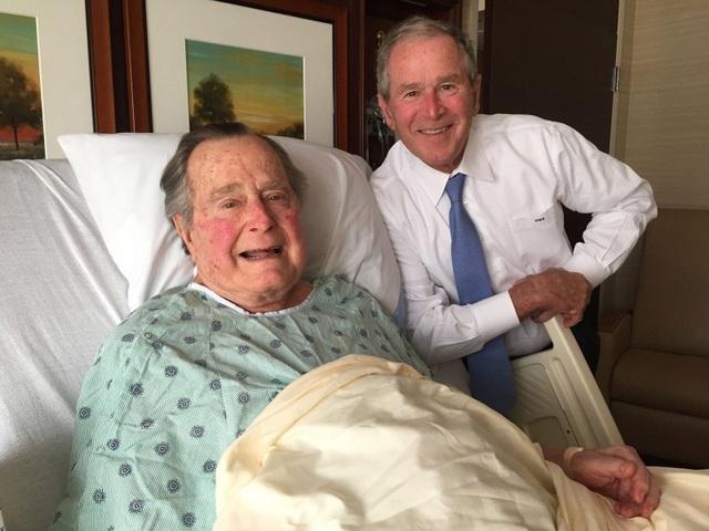 Cựu Tổng thống Bush nhập viện hồi tháng 4/2017. Ông chụp ảnh cùng con trai bên giường bệnh. (Ảnh: Twitter)