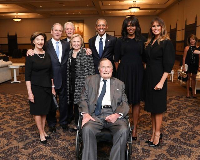 Ông Bush chụp ảnh cùng vợ chồng cựu Tổng thống Obama, cựu Tổng thống Bill Clinton, Đệ nhất phu nhân Melania Trump cùng con trai và con dâu tại lễ tang của vợ ông hồi tháng 4. (Ảnh: Office of George H.W. Bush)
