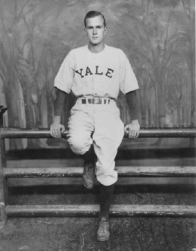 Rời quân ngũ, George H.W. Bush theo học Đại học Yale và chơi bóng chày từ năm 1945-1948. Ông là đội trưởng đội bóng chày. (Ảnh: George Bush Presidential Library)