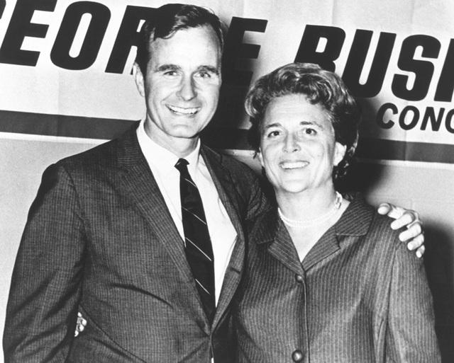 Ông Bush chụp ảnh cùng vợ, bà Barbara, trong chiến dịch tranh cử vào Quốc hội Mỹ đầu tiên. Ông đại diện cho khu vực quận 7 tại bang Texas từ năm 1967-1971. (Ảnh: AFP)