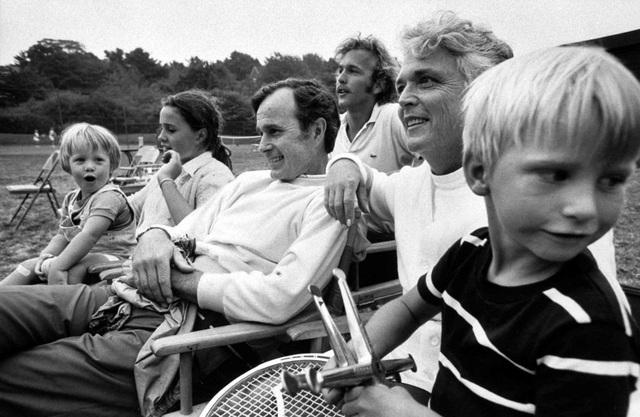 George H.W. Bush ngồi cạnh các thành viên trong gia đình vào năm 1971. Ông gặp vợ tại một buổi khiêu vũ vào năm 1941 và kết hôn 4 năm sau đó. Cặp đôi có 6 người con. (Ảnh: LIFE Picture Collection)