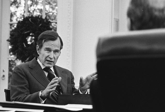 Tổng thống Ford gặp ông Bush vào tháng 12/1975 để trao đổi về việc bổ nhiệm ông vào vị trí Giám đốc CIA. (Ảnh: Getty)