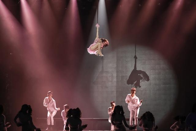 Bất chấp phản ứng trái chiều, Chi Pu mang vũ đạo táo bạo gây sốc lên sân khấu - 7