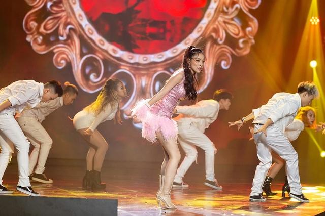 Hình ảnh táo bạo, nóng bỏng trong sản phẩm mới đang tranh cãi gay gắt nhưng Chi Pu vẫn mang lên sân khấu biểu diễn là minh chứng rõ ràng nhất cho việc thực hiện các kế hoạch đã được vạch sẵn trong từng bước đi của cô.
