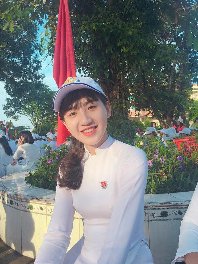 Bên cạnh đó, Trang cũng chăm chỉ tham gia văn nghệ. Thời điểm cuối cấp nhiều bận rộn nên Trang cho biết em đang tập trung hết sức vào học tập để thi đỗ vào trường ĐH Kinh tế TP. HCM.
