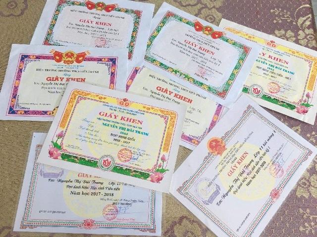 Ở trường Đài Trang cũng là một trong những học sinh khá giỏi và 11 năm liền cô bạn đều đạt thành tích, giấy khen trong học tập.