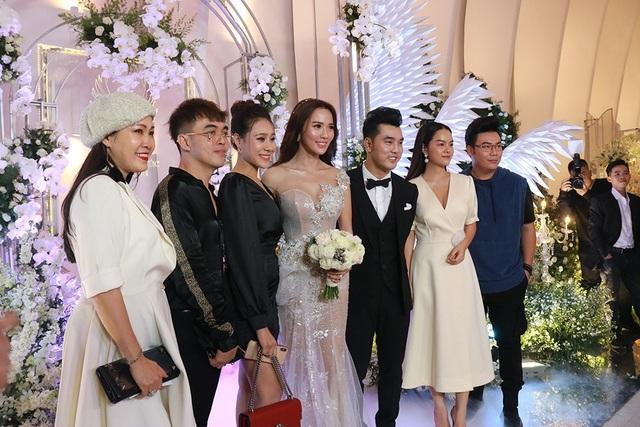 Đông đảo bạn bè sao Việt đến chúc mừng cặp đôi với đám cưới hoành tráng sau 6 năm sống bên nhau.