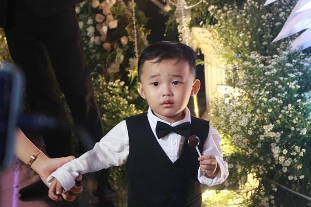 Con trai nhỏ của Ưng Hoàng Phúc và Kim Cương quấn quít bố mẹ và rất thích chụp ảnh trong tiệc cưới của ba mẹ.