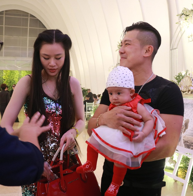 Vân Quang Long bế con gái nhỏ đến dự tiệc cưới của ca sĩ Ưng Hoàng Phúc