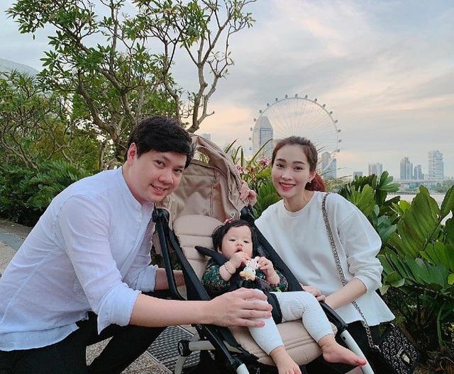 Hoa hậu Đặng Thu Thảo khoe ảnh gia đình hạnh phúc với đầy đủ 3 thành viên. Người đẹp không ngại chia sẻ công khai hình ảnh của con gái, cô cũng tiết lộ thói quen dễ ngủ của con gái Sophie: Chỉ cần buồn ngủ là em ngất bất cứ đâu.