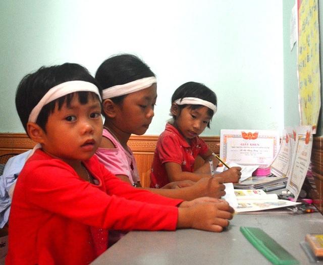 Mặc dù hoàn cảnh rất khó khăn nhưng các em học rất giỏi.