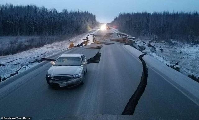 Một trong những đoạn đường bị nứt vỡ nghiêm trọng do động đất (Ảnh: Facebook)