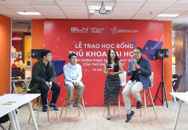 Ông Tạ Huy Hoàng, Giám đốc Điều hành Trung tâm Anh ngữ JOLO (phải, ngoài cùng) chia sẻ bí quyết phát huy vị thế của các thủ khoa đại học.