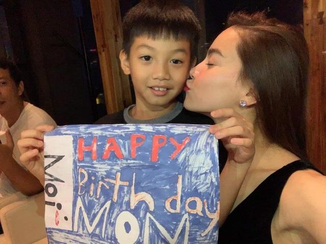 Hồ Ngọc Hà khoe ảnh món quà sinh nhật muộn của con trai Subeo sau chuyến công tác Thượng Hải. Món quà là bức tranh được cậu bé 8 tuổi tự tay thực hiện. Cô tâm sự: Cảm ơn những người thân yêu đã tổ chức buổi tối ấm áp này sau khi Hà hạ cánh.