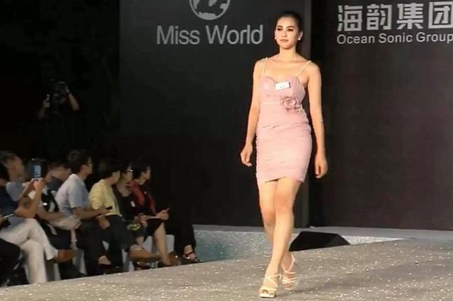 Trần Tiểu Vy trong phần thi trình diễn thời trang.