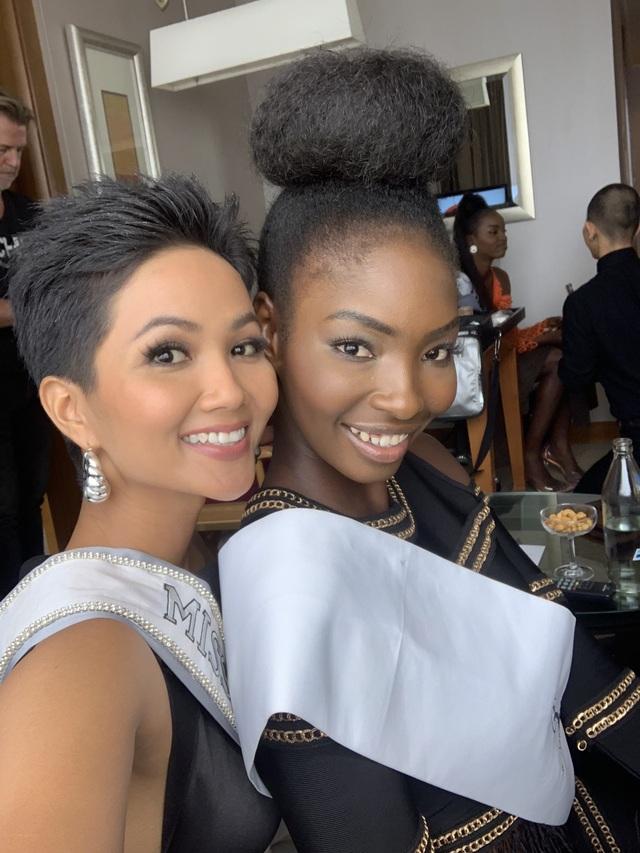 Hhen chụp ảnh cùng hoa hậu Zambia
