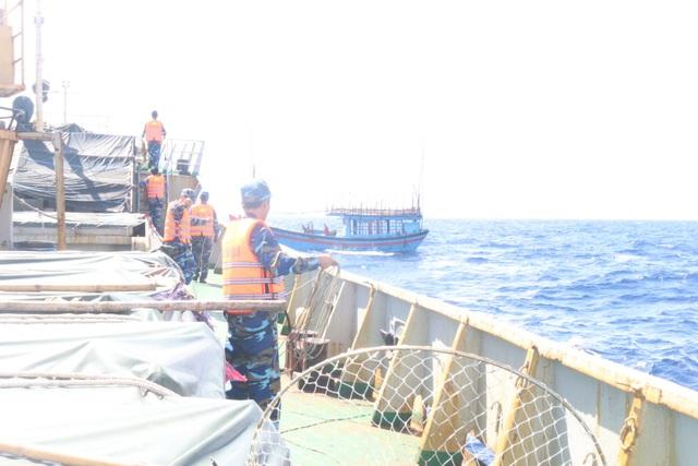 Tàu cá QNg 98855 TS được lai dắt về đảo Lý Sơn an toàn (Ảnh Vùng 3 Hải quân)