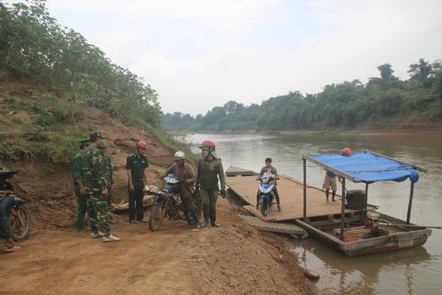 Lực lượng biên phòng tuần tra, tuyên truyền người dân chấp hành pháp luật.
