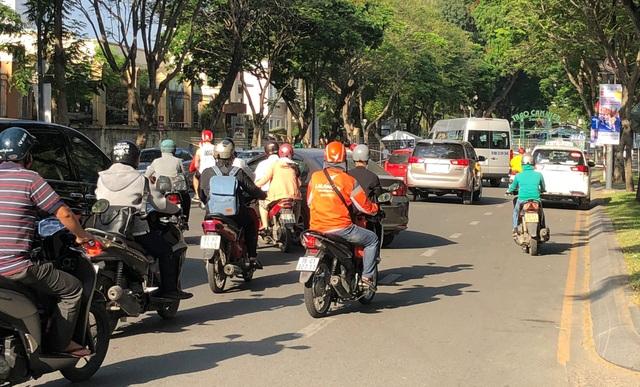 Tuy nhiên, do không có hướng dẫn, phân luồng từ xa nên đã gây ra cảnh hỗn loạn giao thông không đáng có ở khu vực trung tâm TP.