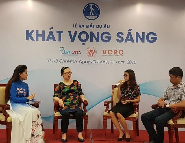 Ông Nguyễn Hữu Hoàng, chị Nguyễn Trần Thùy Dương và chị Lê Dương Thể Hạnh chia sẻ tại lễ ra mắt dự án Khát vọng sáng