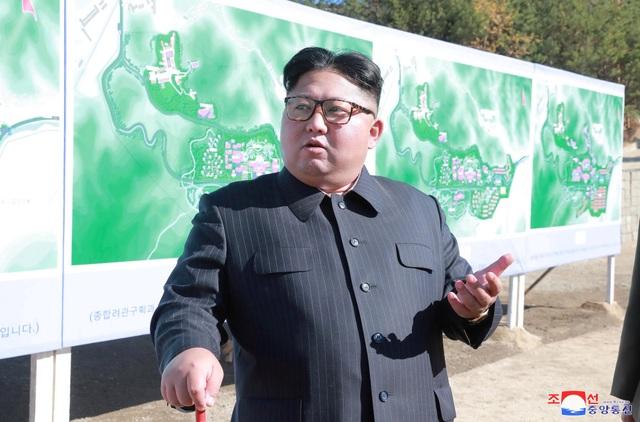 Ông Kim Jong-un thị sát một công trình xây dựng tại Triều Tiên hồi tháng 10. (Ảnh: Reuters)