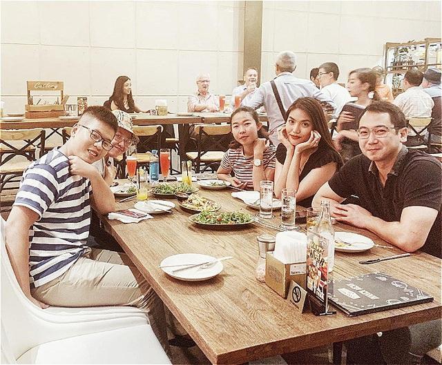 Lan Khuê và ông xã Tuấn John đi ăn cùng những người bạn. người đẹp hài hước bình luận về bức ảnh: Cuối tuần ăn ngon, uống đã, khẩu nghiệp tràn trề.