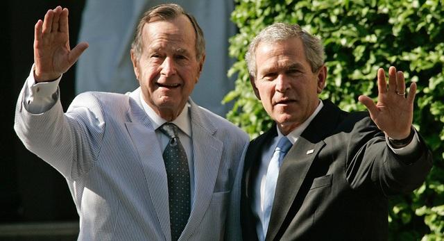 Cựu Tổng thống George H.W. Bush và con trai - cựu Tổng thống George W. Bush. (Ảnh: Getty)