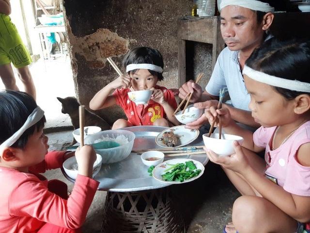 Bữa cơm của gia đình chỉ có cơm trắng với ít rau chan chứa đầy nước mắt.
