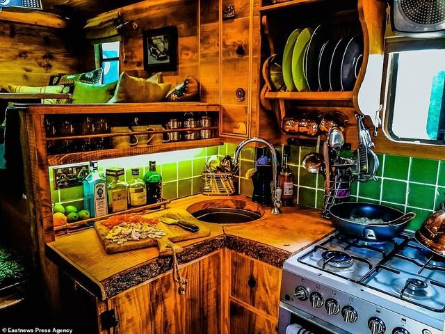 Anh Guy hiện đang sống trong chiếc xe tải này và du lịch vòng quanh Châu Âu. Trong ảnh là gian bếp nhỏ.