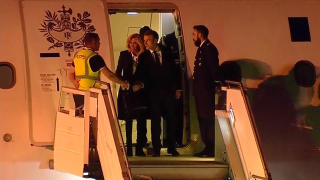Tổng thống Pháp Emmanuel Macron bắt tay nhân viên sân bay khi tới Argentina. (Ảnh: RT)
