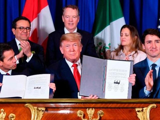 Từ trái sang: Tổng thống Mexico Enrique Peña Nieto, Tổng thống Mỹ Donald Trump, Thủ tướng Canada Justin Trudeau trong lễ ký thỏa thuận thương mại mới thay thế NAFTA tại Argentina ngày 30-11. Ảnh: CNN