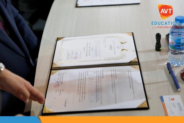 Trong không khí cởi mở, AVT Education và đại diện các trường đã kí hợp tác tuyển sinh du học.