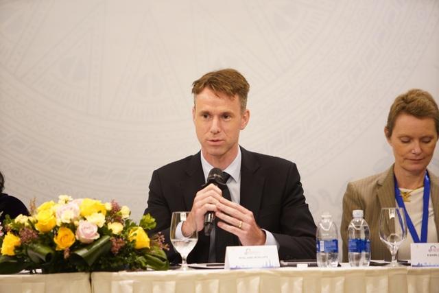 Ông Roeland Roelofs – Giám đốc quốc gia Novartis Việt Nam khẳng định, Novartis cam kết hỗ trợ trong việc cải thiện ngành y tế Việt Nam về chất lượng khám chữa bệnh, chi phí và nâng cao khả năng tiếp cận các dịch vụ y tế cho người dân