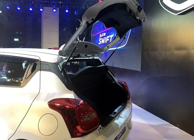 Sử dụng thiết kế gập 40/60 ở hàng ghế sau, khoang hành lí của Swift thế hệ mới có thể tăng từ 242 lít lên tối đa 918 lít
