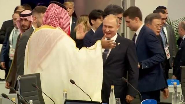 Tổng thống Putin chào Thái tử Ả rập Xê út tại một cuộc họp trong khuôn khổ thượng đỉnh G20. (Ảnh: RT)