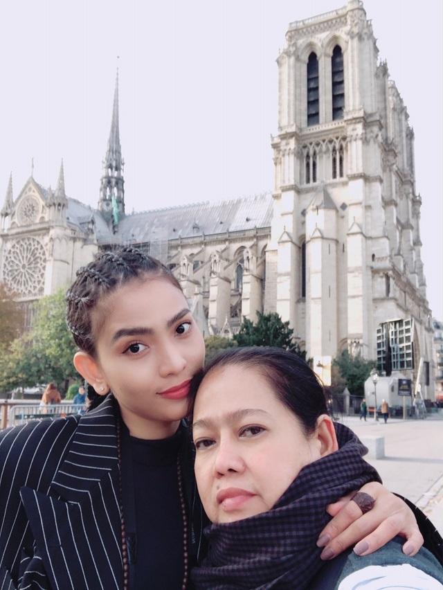 """Chuyến đi còn có mẹ của Á hậu. Mẹ giống như một """"vệ sĩ"""" đặc biệt của Trương Thị May nên chẳng có """"đại gia"""" hay bất cứ cám dỗ nào của làng giải trí có thể tác động làm thay đổi cô."""