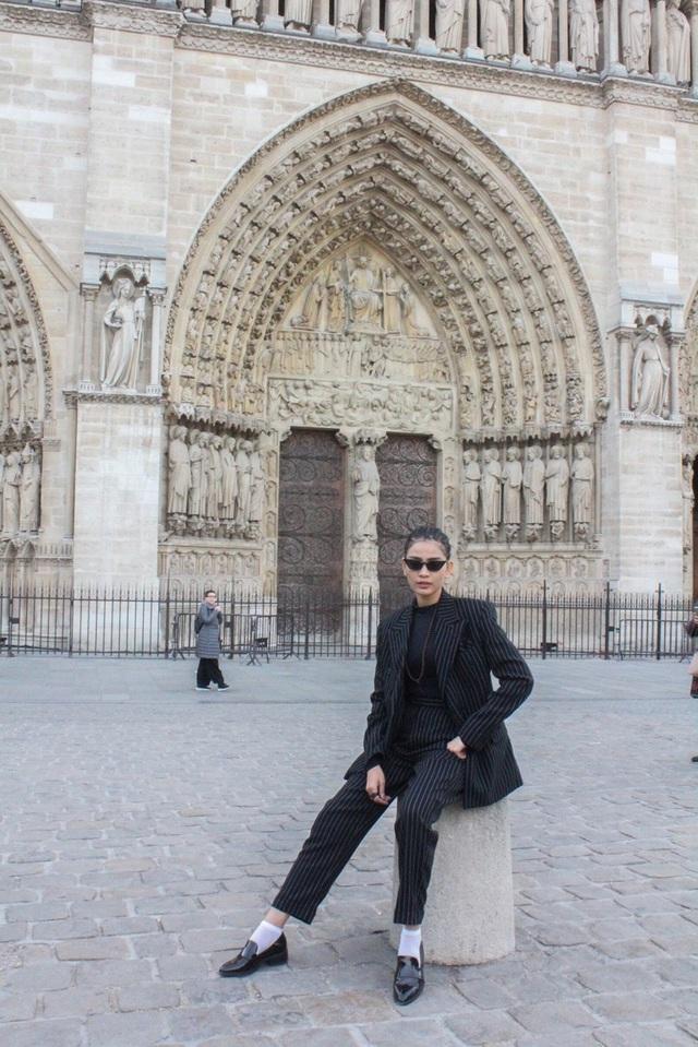 Vẻ đẹp của kiến trúc Pháp khiến cô say mê.