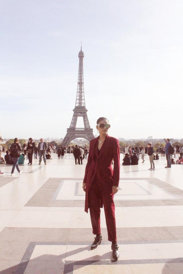 Tranh thủ thời gian rảnh rỗi, Trương Thị May đã đến thăm các địa danh nổi tiếng của Paris như tháp Eiffel,...