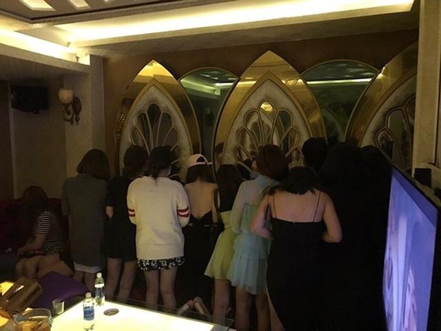 Các nữ tiếp viên trong khách sạn bị kiểm tra