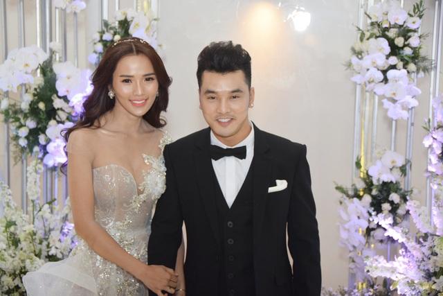 Ưng Hoàng Phúc và Kim Cương xuất hiện trong lễ cưới với nụ cười tươi rạng rỡ và hạnh phúc.
