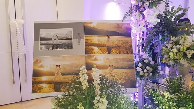 Ảnh cưới của cặp đôi được chụp tại bãi biển trưng bày trong không gian lộng lẫy