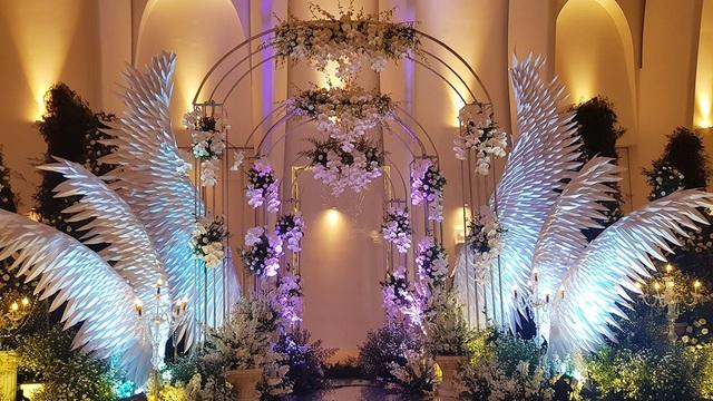 Sảnh tiệc được trang trí như một toà lâu đài, với những cột tháp cao kiểu hoàng gia và đôi cánh chim ưng biểu tượng của nam ca sĩ Ưng Hoàng Phúc.