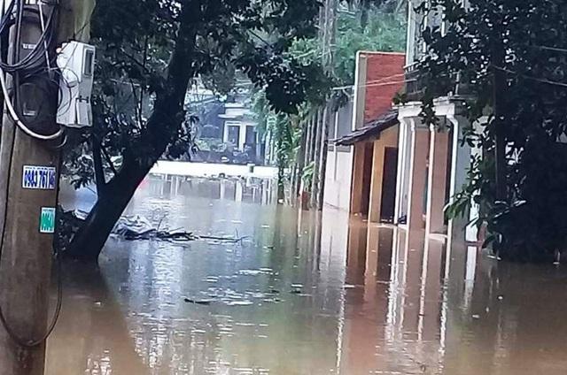 Nước ngập sâu tại thị trấn Bồng Sơn (huyện Hoài Nhơn, Bình Định - ảnh Diệp Bảo Sương).