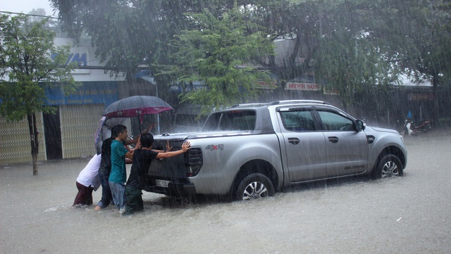Ở đồng bằng tỉnh Quảng Nam mưa rất to trong vài ngày qua